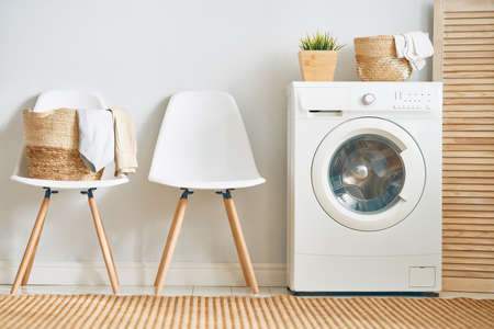 Wnętrze prawdziwej pralni z pralką w domu