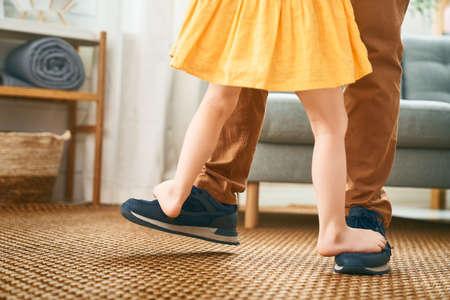 ¡Feliz Día del Padre! Papá y su hija están bailando. Vacaciones familiares y convivencia.