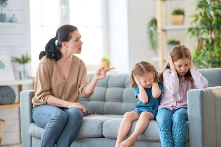 Mutter schimpft ihre Kinder Mädchen. Familienbeziehungen
