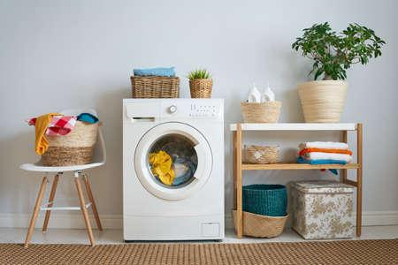 Intérieur d'une vraie buanderie avec une machine à laver à la maison