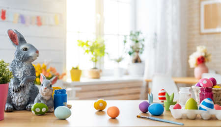 Happy Easter! Background with colorful Easter eggs in basket. Table decorating for holiday. Foto de archivo