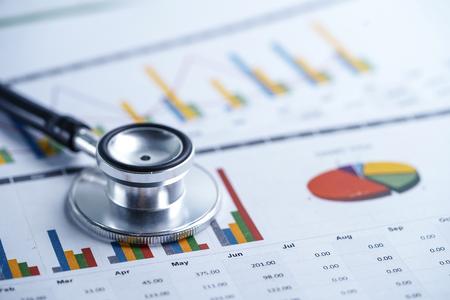Estetoscopio, tablas y papel de hoja de cálculo de gráficos, finanzas, cuenta, estadísticas, inversión, hoja de cálculo de economía de datos de investigación analítica y concepto de empresa comercial.