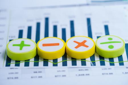 Simboli matematici Grafici Foglio di calcolo dei grafici. Conto bancario finanziario, statistiche, economia dei dati di ricerca analitica degli investimenti, negoziazione in borsa, reporting dell'ufficio mobile Concetto di riunione d'affari.