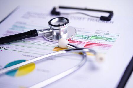 Stethoskop, Diagramme und Grafiken, Tabellenkalkulationspapier, Finanzen, Konto, Statistik, Investitionen, analytische Forschungsdatenwirtschaftstabelle und Geschäftskonzept.