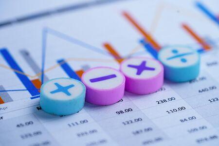 Tableur de graphiques de graphiques de symboles mathématiques. Compte bancaire financier, statistiques, économie de données de recherche analytique d'investissement, négociation de bourse, rapport de bureau mobile Concept de réunion d'affaires.