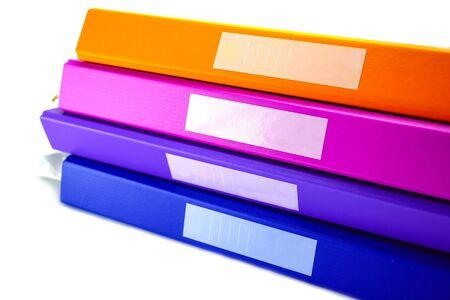Pile de classeur de classeur de multi couleur sur la table au bureau.