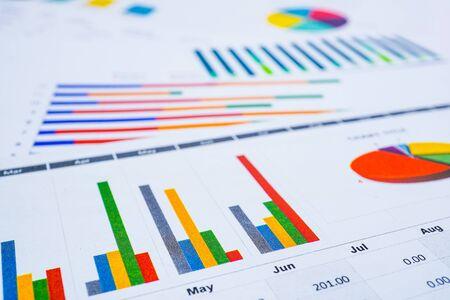 Gráficos Papel de hoja de cálculo de gráficos. Desarrollo financiero, cuenta bancaria, estadísticas, economía de datos de investigación analítica de inversiones, concepto de reunión de empresa de oficina de negocios de bolsa de valores.