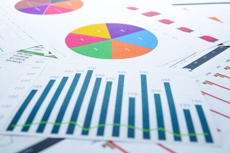 Gráficos Papel de hoja de cálculo de gráficos. Desarrollo financiero, cuenta bancaria, estadísticas, economía de datos de investigación analítica de inversiones, concepto de reunión de empresa de oficina de negocios de bolsa de valores. Foto de archivo
