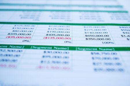 연필로 스프레드 시트 테이블 종이입니다. 금융 개발, 은행 계좌, 통계 투자 분석 연구 데이터 경제, 거래, 모바일 오피스 보고 비즈니스 회사 회의 개념.