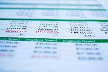 Feuille de papier table avec crayon. Développement financier, compte bancaire, statistiques d'investissement, économie de données de recherche analytique, commerce, rapports de bureau mobile Concept de réunion d'entreprise.
