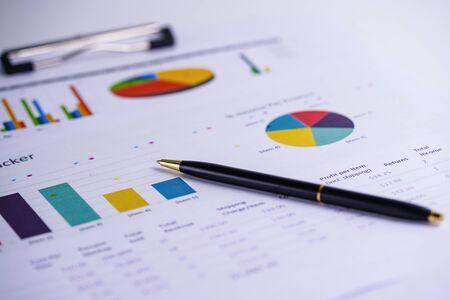 Grafici Grafici foglio di calcolo. Sviluppo finanziario, conto bancario, statistiche, economia dei dati di ricerca analitica degli investimenti, concetto di riunione aziendale dell'ufficio di borsa valori.