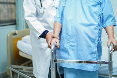 Asiatische Senioren oder ältere Frauenpatienten gehen mit Walker auf der Krankenstation: gesundes, starkes medizinisches Konzept Standard-Bild