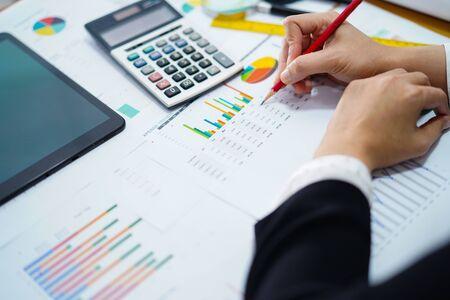 Contabile contabile del progetto di lavoro con grafico in un ufficio moderno.