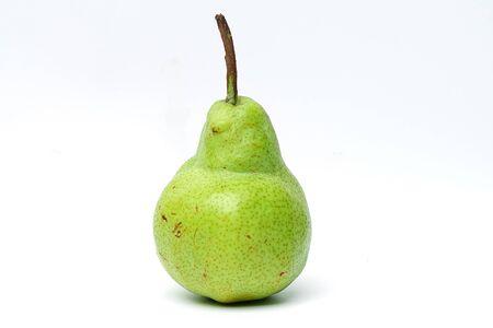 Pera Concorde fruta fresca verde sobre fondo blanco para una fuerte salud.