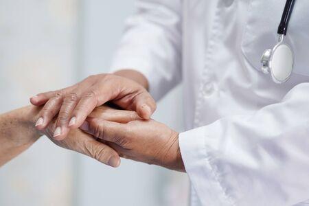 Tenant des mains touchantes, une vieille dame asiatique ou âgée, patiente avec amour, soins, aide, encouragement et empathie à l'hôpital de soins infirmiers : concept médical solide et sain