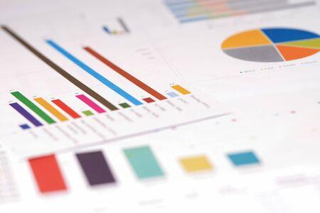 Wykresy Papier z arkuszami kalkulacyjnymi. Rozwój finansowy, konto bankowe, statystyka, analityka inwestycyjna badania gospodarki danych, giełda papierów wartościowych Biznes biuro firmy koncepcja spotkania.