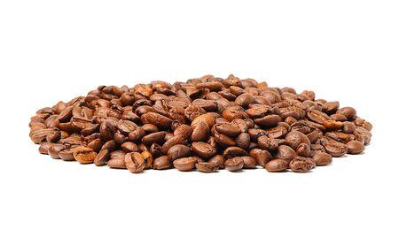 Medio de grano de café tostado sobre fondo blanco.