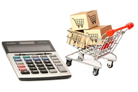 Warenkorb-Logo auf der Box mit Taschenrechner: Bankkonto, investitionsanalytische Forschungsdatenwirtschaft, Handel, Geschäftsimport-Export-Online-Unternehmenskonzept.