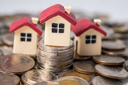 House on stack coins, mortgage home loan finance concept. Imagens