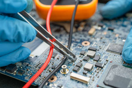 technician repairing inside of hard disk by soldering iron. Integrated Circuit. the concept of data, hardware, technician and technology. 免版税图像