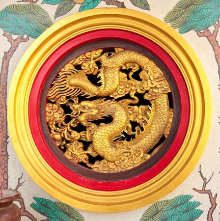 muralla china: China escultura de drag�n en la pared del templo