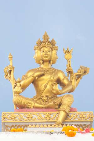 hinduism: Hinduismo estatua de oro de Brahma bajo el cielo azul Foto de archivo