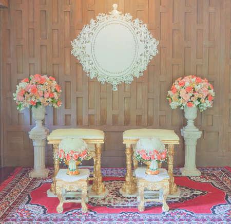 decoracion mesas: Conjunto de tablas clásica tailandesa estilo de la boda para la pareja con la decoración de las flores