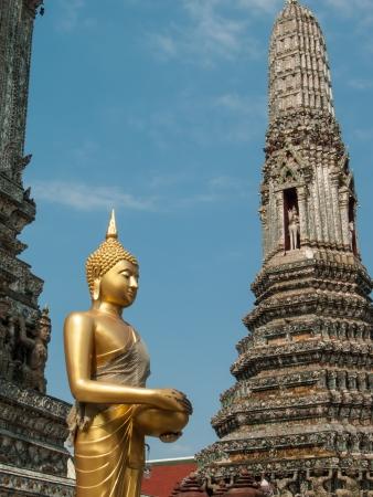 limosna: Golden Buddha mantener cuenco de las limosnas y estupa templo en Tailandia