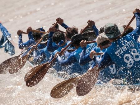 Lange Boot-Rennen muss Teamwork für den Kampf in den Fluss nutzen zu Thailand Editorial