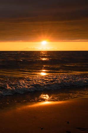 夏のバルト海の嵐後明るい夕日。地平線上の太陽の輝き。 写真素材