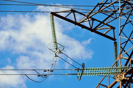 Hoog voltage. Overbrengingslijn isolatoren. Blauwe hemelachtergrond.