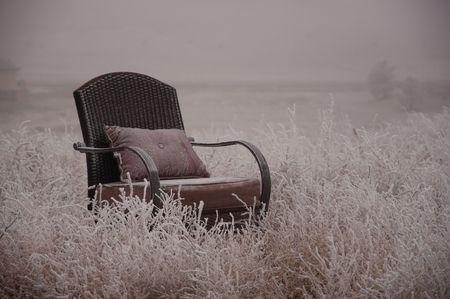 sedia vuota: Sedia vuota tranquilla nella natura invernale ghiacciato