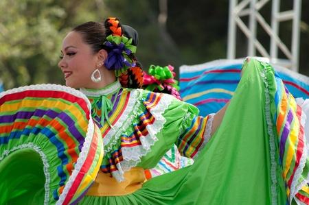 Orange County, CA, USA - Juli 2010 mexikanische Tänzerinnen in traditionellen lateinamerikanischen Kostümen Standard-Bild - 12193905