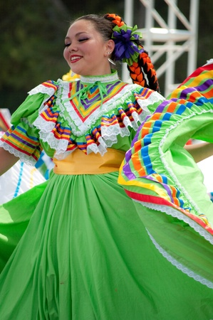 baile: Orange County, CA, USA - July 2010  Mexican dancers performing in traditional latin american costumes Editorial
