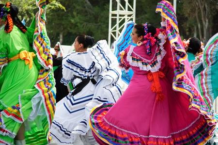 trajes mexicanos: Condado de Orange, CA, EE.UU. - Julio de 2010 bailarines mexicanos la realizaci�n de los trajes tradicionales latinoamericanos Editorial