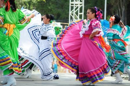 trajes mexicanos: Condado de Orange, CA, EE.UU. - Julio de 2010 bailarines mexicanos la realización de los trajes tradicionales latinoamericanos Editorial