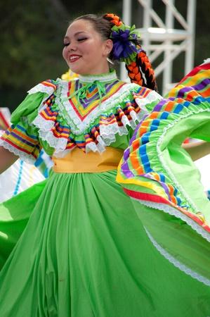 Orange County, CA, USA - Juli 2010 mexikanische Tänzerinnen in traditionellen lateinamerikanischen Kostümen Standard-Bild - 12193909