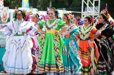 Orange County, CA, USA - Juli 2010 mexikanische Tänzerinnen in traditionellen lateinamerikanischen Kostümen Standard-Bild - 12193906