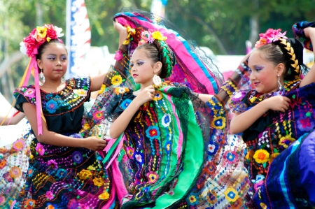 vestuario: COSTA MESA, CA - JULY 24: Unidentified Mexican dancers perform in traditional costumes on stage at the Orange County State Fair in Costa Mesa, CA on July 24th 2010.