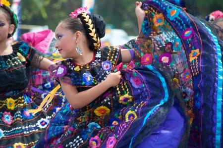 COSTA MESA, CA - 24. Juli: Unidentified mexikanische Tänzer in traditionellen Kostümen auf der Bühne des Orange County State Fair in Costa Mesa, CA am 24. Juli 2010. Standard-Bild - 14174727