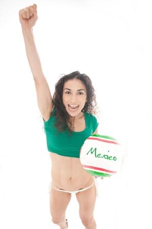 Schöne Modell trägt grüne, rote und weiße Unterwäsche hält einen Mexico Team Ball isoliert auf weiß Standard-Bild - 14790329