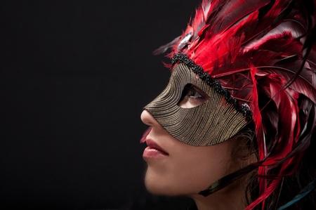 Schöne Modell trägt einen Feder-Maske als Symbol für Karneval oder venezianischen Karneval Standard-Bild - 14790377