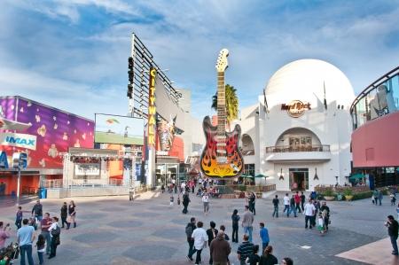 LOS ANGELES - 16. Januar: Universal CityWalk Hollywood ist ein Drei-Block-Unterhaltung, Restaurants, Einkaufs-Promenade. Zu den Optionen gehören mehr als 30 Restaurants, ein 19-Bildschirm Kino mit IMAXÂ, ®, sieben Nachtclubs, Indoor Skydiving und mor Standard-Bild - 15055810