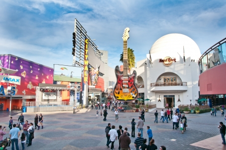 LOS ANGELES - JANUARY 16: Universal CityWalk Hollywood is a three-block entertainment, dining, shopping promenade. Options include more than 30 places to eat, a 19-screen movie theater featuring IMAXÂ,®, seven night spots, indoor skydiving and mor Publikacyjne