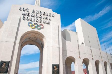 LOS ANGELES - 17. OKTOBER: Memorial Coliseum ist Schauplatz vieler Wahrzeichen Veranstaltungen, darunter zwei Olympischen Sommerspielen die neueste in 1984. In dem denkmalgeschützten Gebäude können veralten. 17. Oktober 2011, Los Angeles Standard-Bild - 15055805