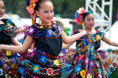 trajes mexicanos: COSTA MESA, CA - 24 de julio: no identificados bailarines mexicanos realizan con trajes tradicionales en el escenario en el Orange County State Fair en Costa Mesa, CA el 24 de julio de 2010.
