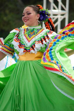 Orange County, CA, USA - Juli 2010 mexikanische Tänzer in traditionellen lateinamerikanischen Kostümen durchführen Standard-Bild - 15132505