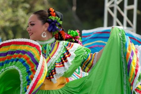 trajes mexicanos: Orange County, CA, EE.UU. - Julio 2010 bailarines mexicanos actuando en trajes tradicionales latinoamericanos