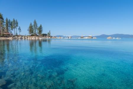 Schöne blaue klare Wasser am Ufer des Sees Tahoe Standard-Bild - 19393032
