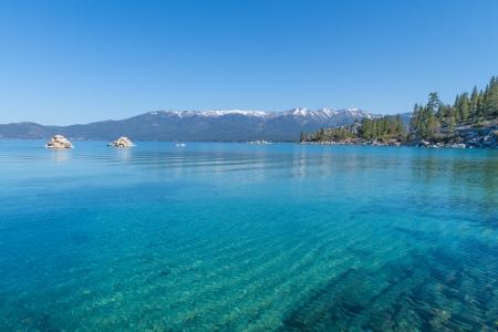 Schöne blaue klare Wasser am Ufer des Sees Tahoe Standard-Bild - 19393030